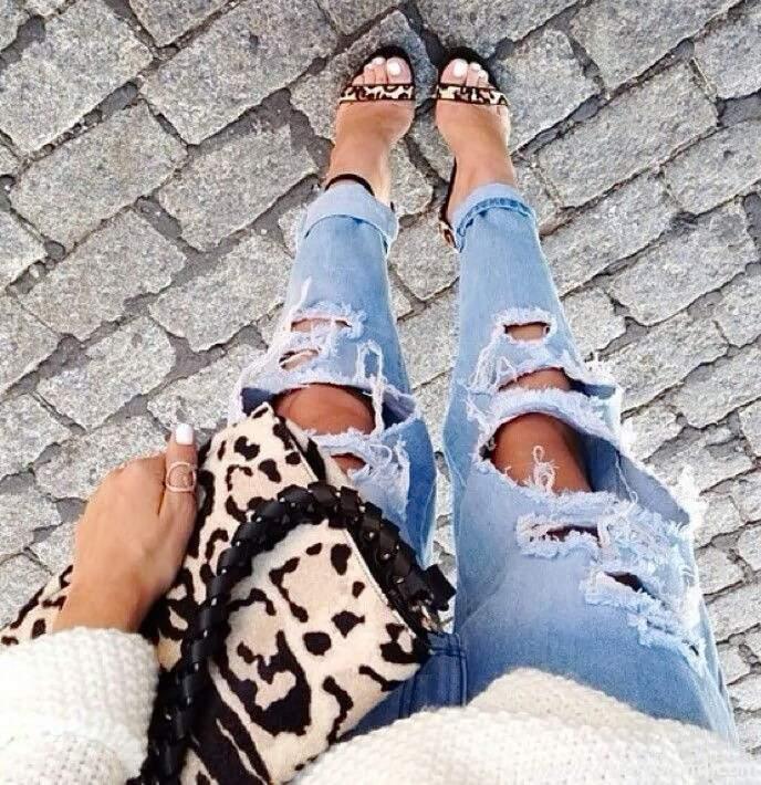 рваные джинсы на коленях