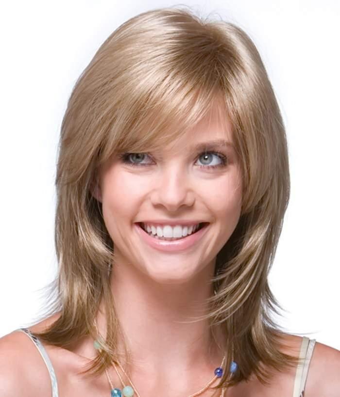 вариант стрижки каскад на средние волосы