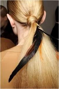 Прическа с прямыми волосами с индейским акцентом
