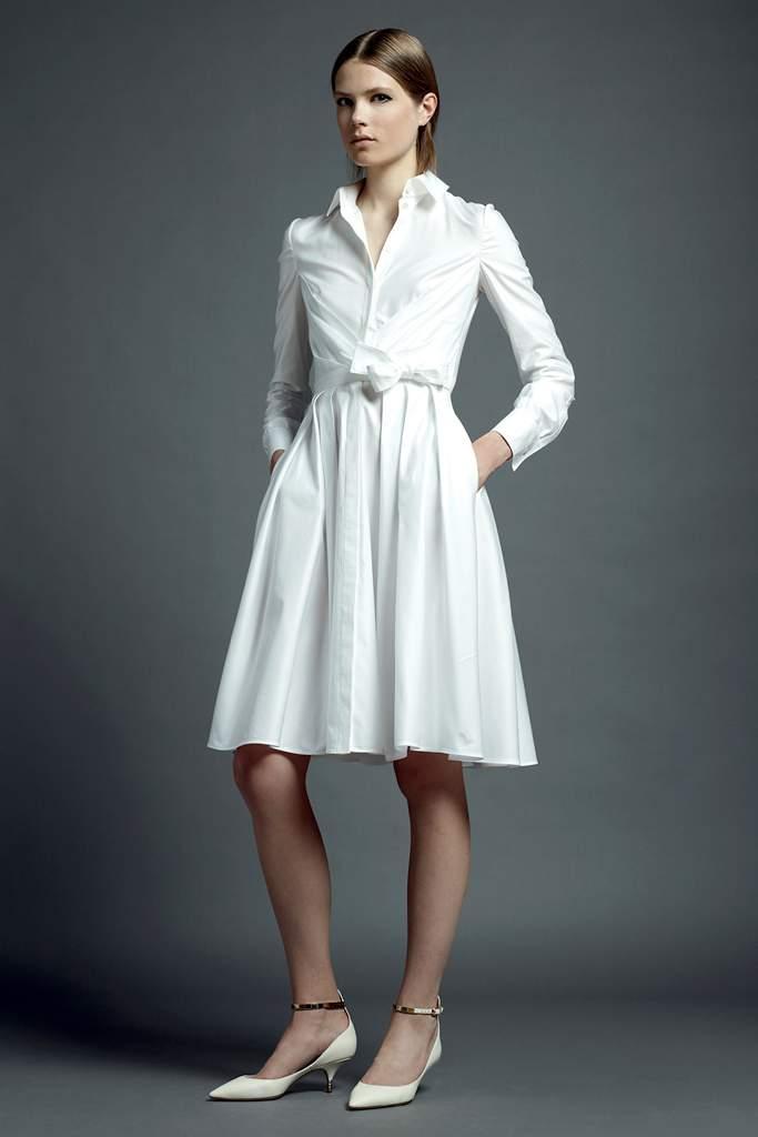 Белое платье в классическом стиле.