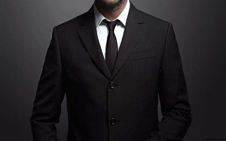 черный галстук с черным костюмом